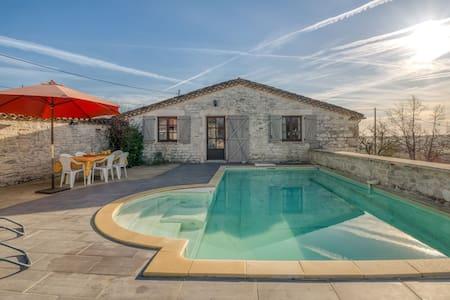 Maison avec piscine et jolies vues dans la région verdoyante du Quercy.