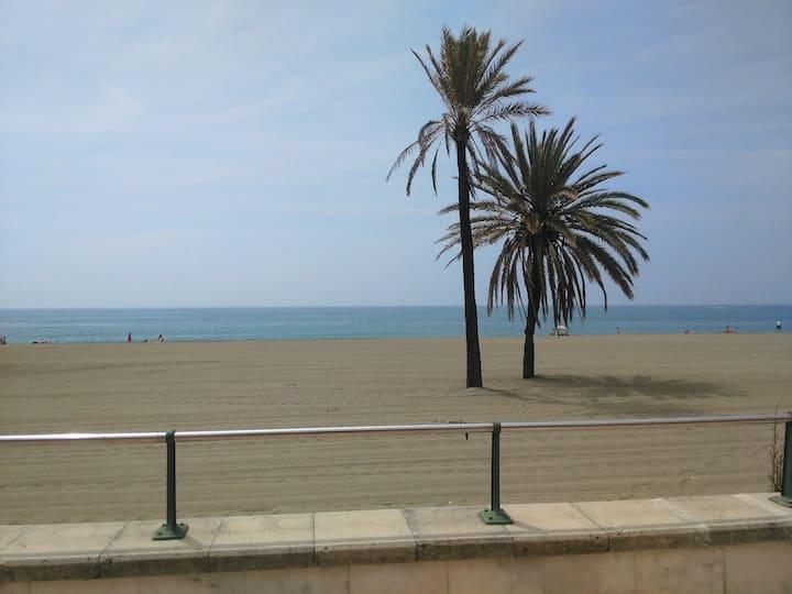 Amplio piso en primera línea de playa con parking.