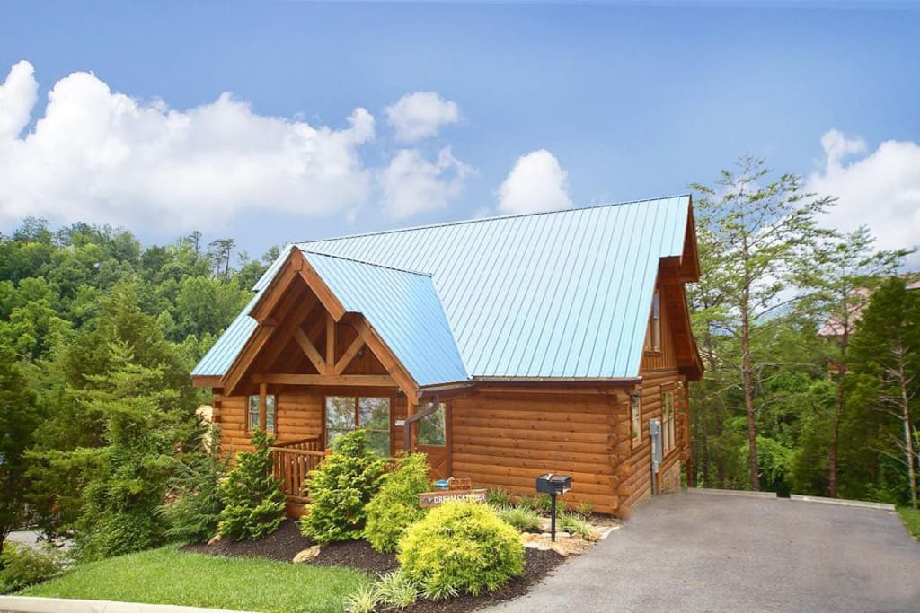 A dream come true - Located in a wooded resort within walking distance of the attractions and shops of the Pigeon Forge Parkway,
