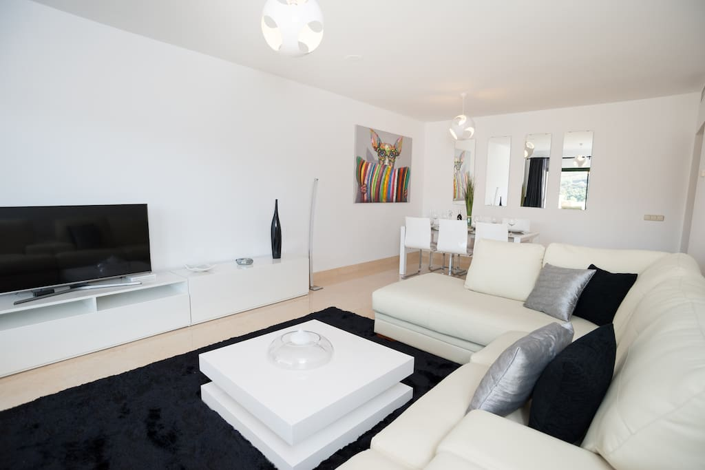 Lounge with Smart TV, Fibre Optic 20MB, Bluetooth music system and comfy sofa!