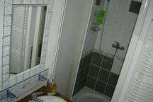 Une salle d'eau équipée d'un lave linge