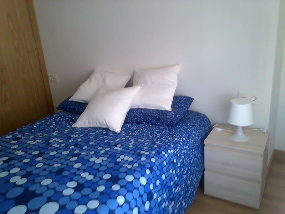 Dormitorio con armario y cama doble exterior
