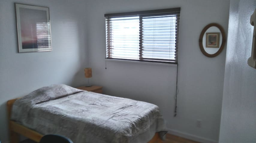 F/F Room #1, Convenient Location - Langley - Huis