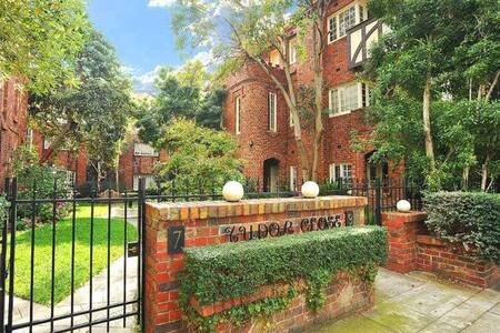 Sensational apartment in iconic Tudor Close - Saint Kilda