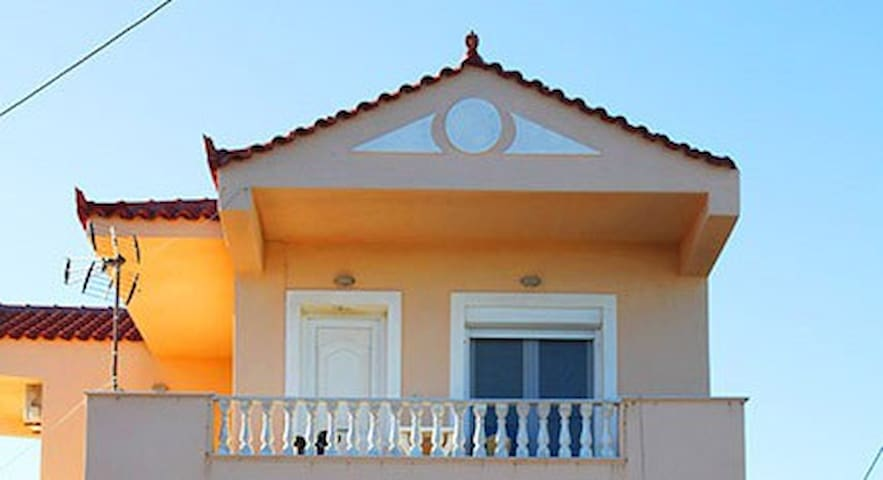 Bright and cozy beach house (upper floor)