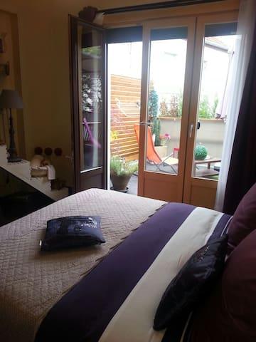 Grande chambre sur terrasse - Montluçon - ที่พักพร้อมอาหารเช้า