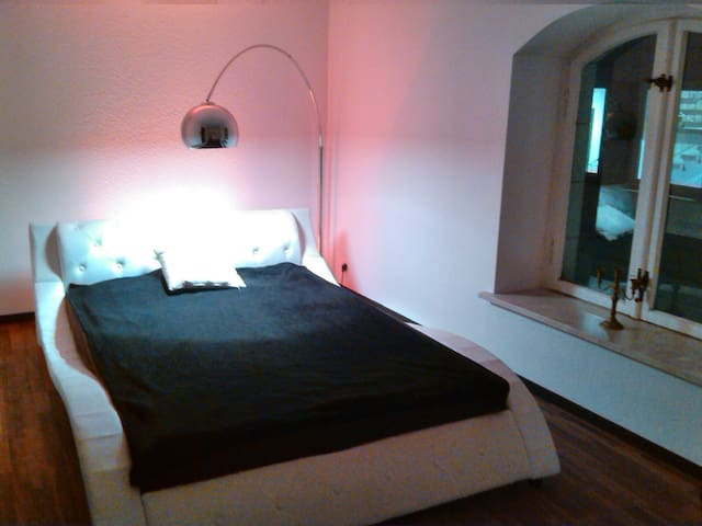 Modernes Zimmer in Altbauwohnung