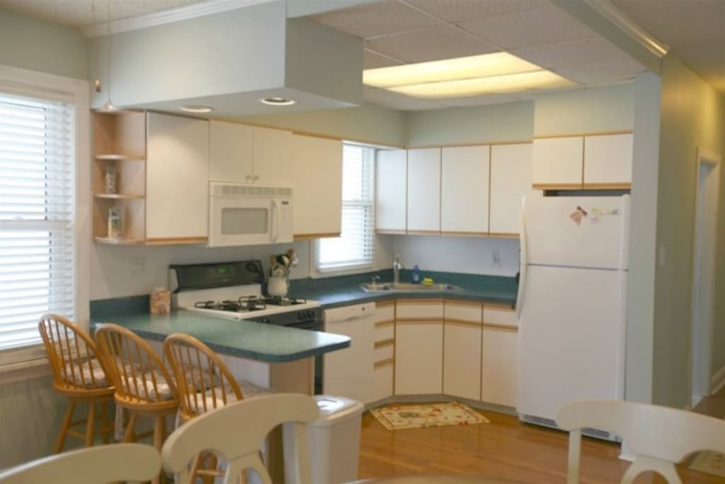 Fully equipped kitchen with eat in kitchen