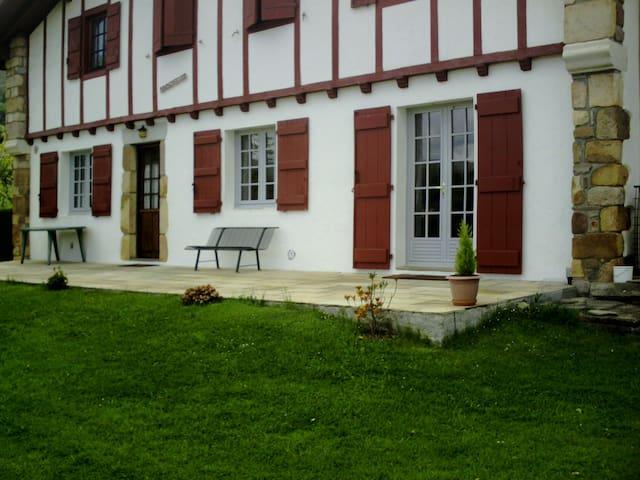 Maison Basque du XVII siècle au pied de la Rhune - Sare - Flat
