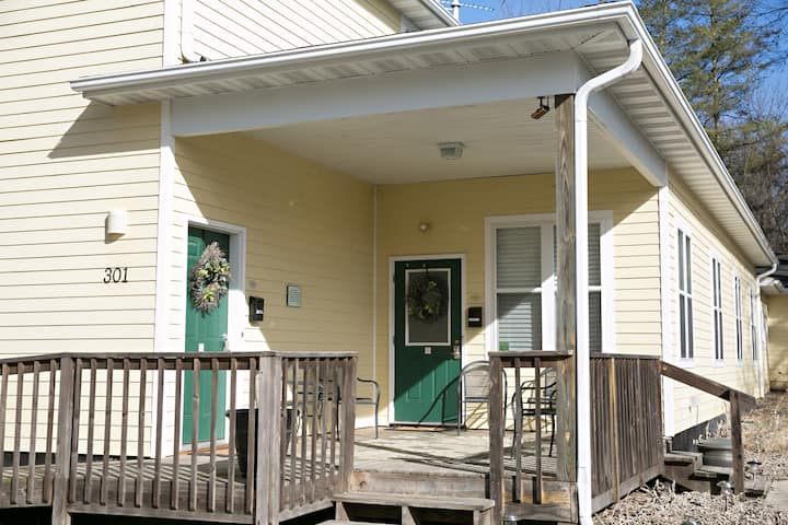 Group Lodging at Clark St Lodge Cottage Apartment