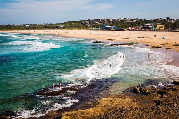 Beautiful beach-side  cottage in sunny Sydney