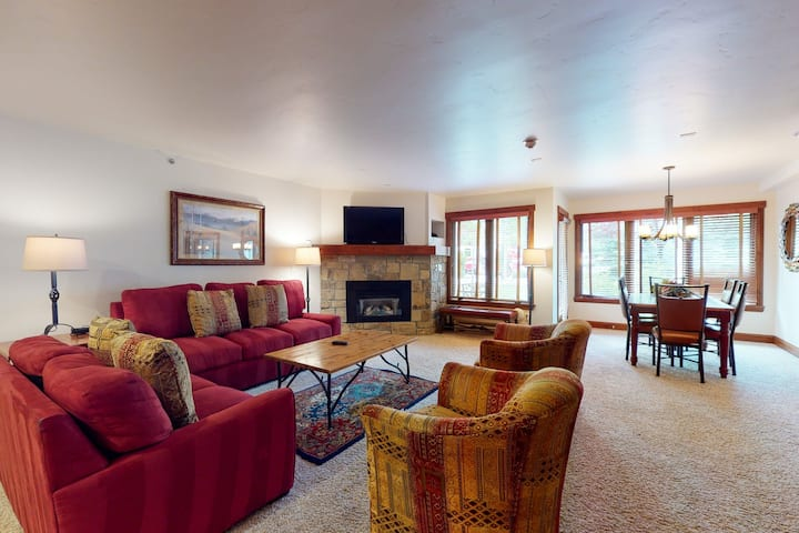 Condo steps from the lift w/ fireplace, fast WiFi & shared pool/hot tubs/laundry