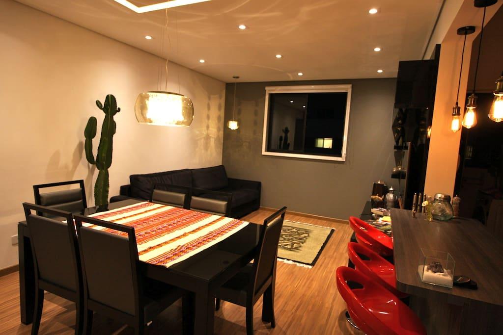 Sala de jantar aconchegante, com possibilidade para criar vários ambientes utilizando a iluminação.