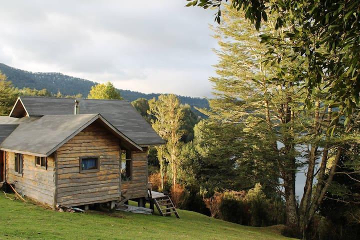 Cabaña frente a lago