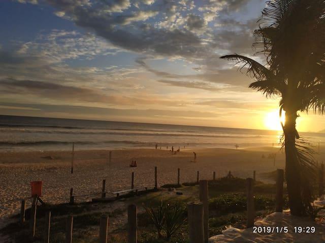 Praia da Barra da Tijuca, fica a 10 minutos de carro.