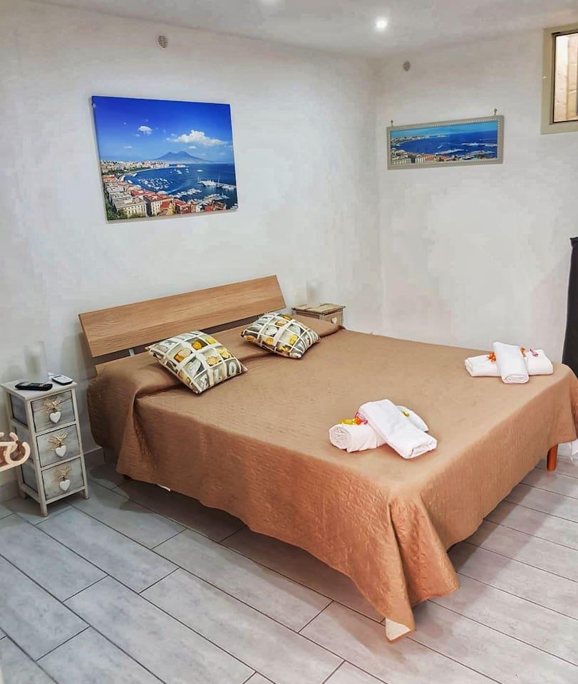 Panoramica camera da letto e letto matrimoniale