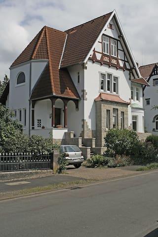 Gästezimmer in einer denkmalgeschützten Villa - Bückeburg - House
