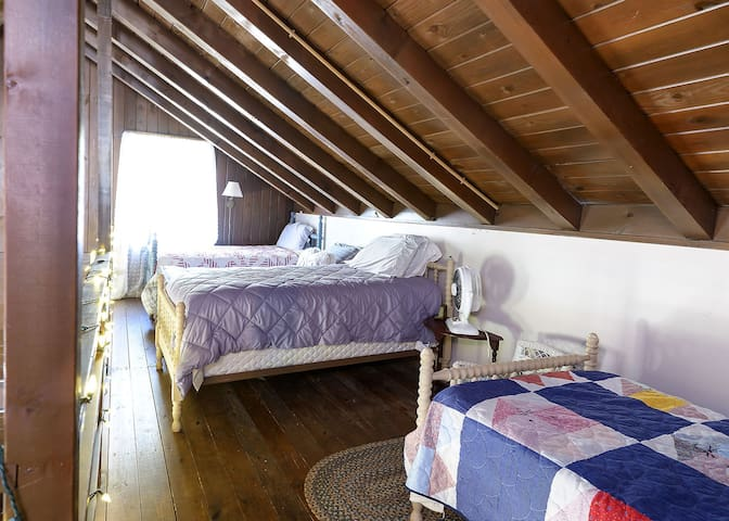Loft with 4 twin beds
