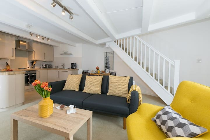 White Surf Cottage, Downalong, St Ives - Sleeps Four - Pet Friendly