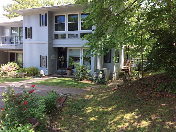BEAUTIFUL 3 STORY TOWNHOME IN GREAT LOCATION