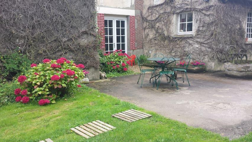 Entrée indépendante, terrasse et salon de jardin
