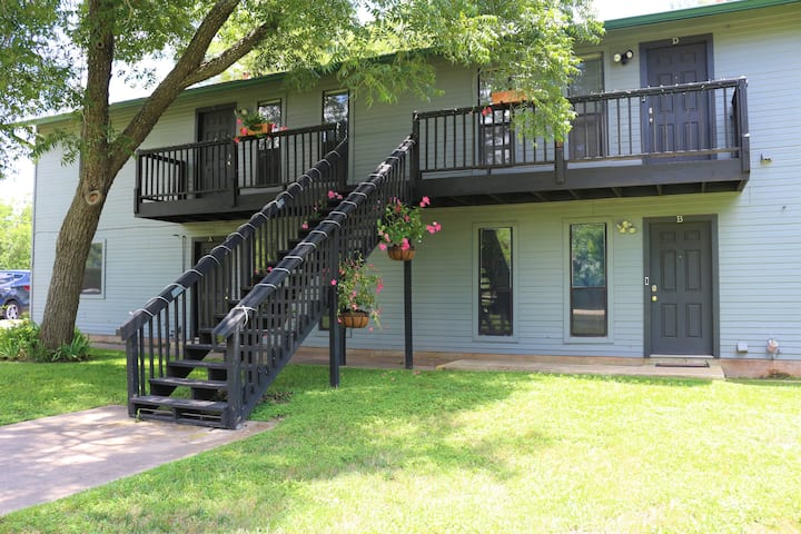 Pecan Place Suites C&D - 15 min to DT ATX and AUS