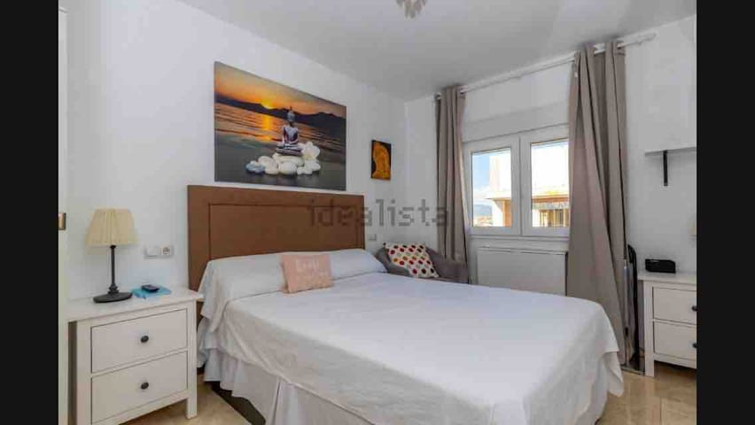 E. Nice room 8 min from the beach. Air conditioner