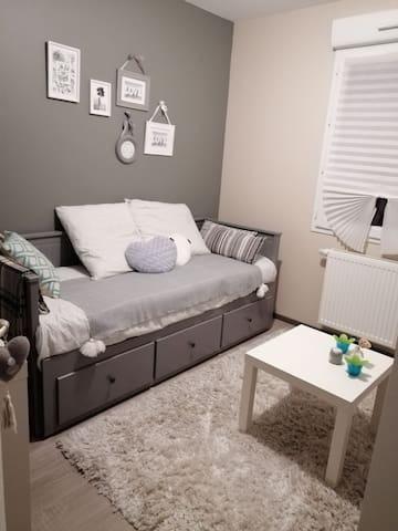 Chambre avec espace de travail.