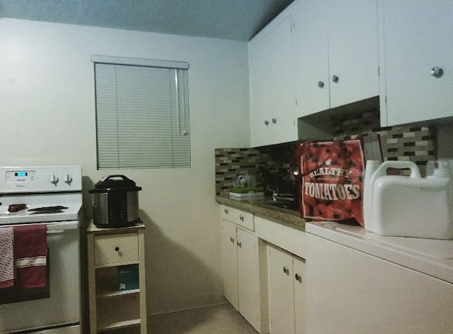1Bedroom family home. Near mall, college, & Stores