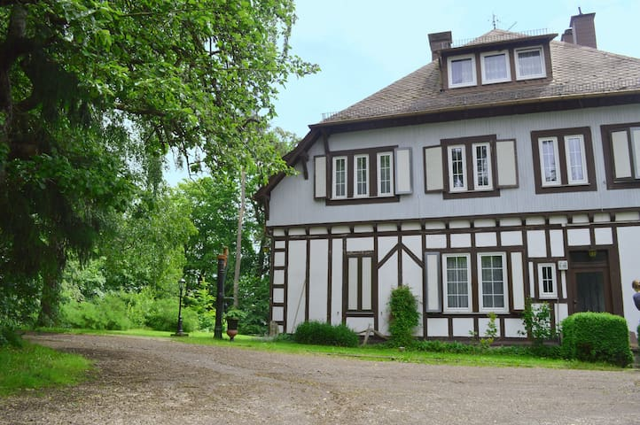 Idyllische Alleinlage im Grünen mit Aussicht - Bergenhausen - 家庭式旅館