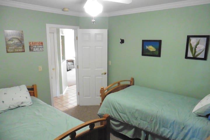 3rd Bedroom (2 twins)