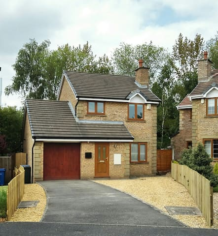 Modern detached 3 bedroom home + Driveway + Garden