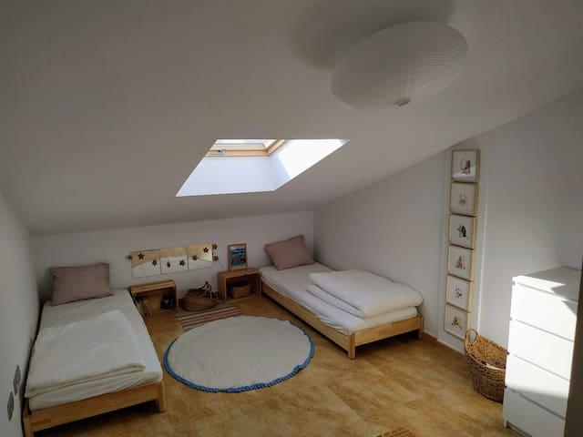 """Dormitorio """"Estrellas"""", se puede juntar las dos camas.  Por noche se puede ver las estrellas, primer piso"""
