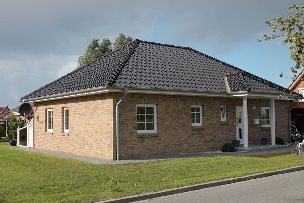 moderner kuscheliger winkelbungalow bungalows zur miete in oldenburg in holstein schleswig. Black Bedroom Furniture Sets. Home Design Ideas