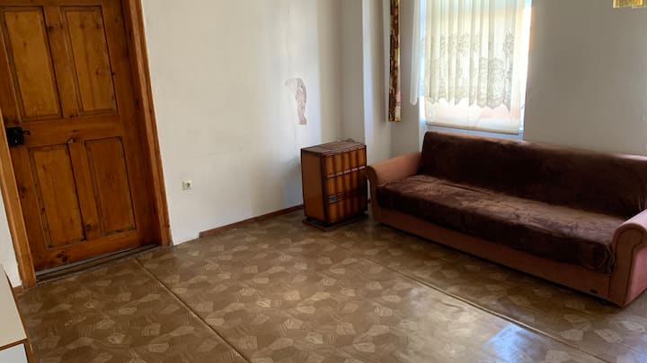 2 rooms next to shops, train station & A4 Jct 64