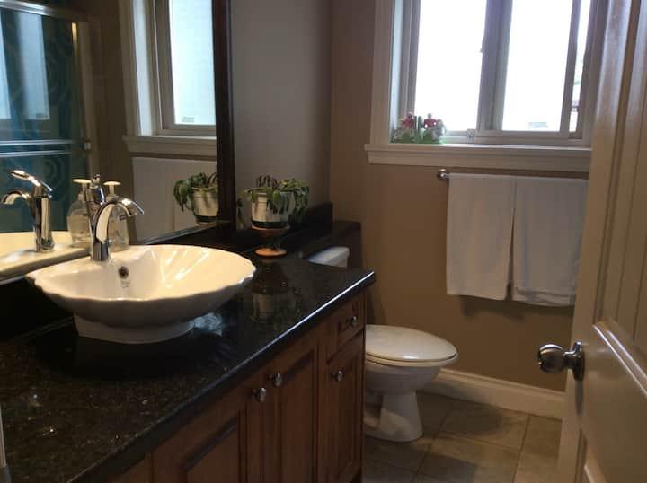 Quiet spacious private room, private full bathroom