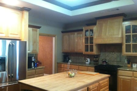 BBB! Spacious, private, 4br+ house - 3 car garage! - Casa