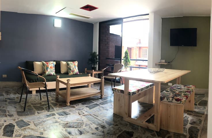 Small studio located in the heart of poblado in a very quiet street, the apartment is close to everything. By staying in this apartment you have the assurance of being at the heart of the action within 5 minutes walk from all the trendy places of Medellin