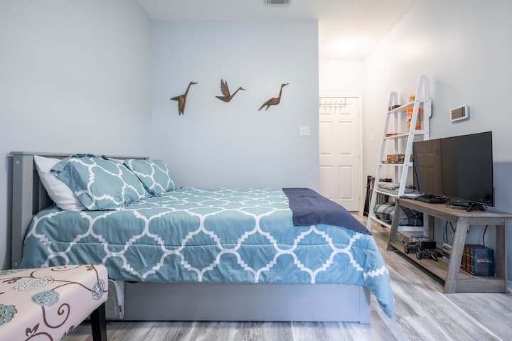 Beautiful Private Midtown Room with Kitchenette
