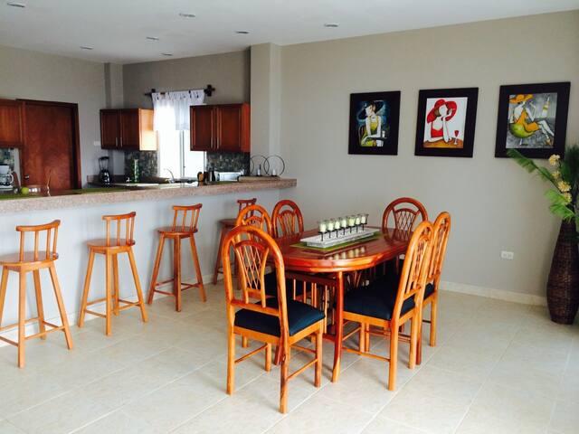 New, spacious ocean-front home - Santa Elena - Maison