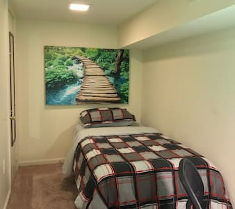 Warm and inviting! Private room with Private Bath - Baltimore - Apartment