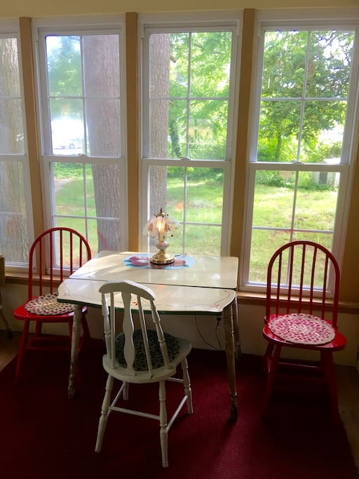 ☀️Back Screen Room is a Sunny, Cozy, Relaxing Spot to watch the birds and enjoy the Country setting. Tranquility is yours.