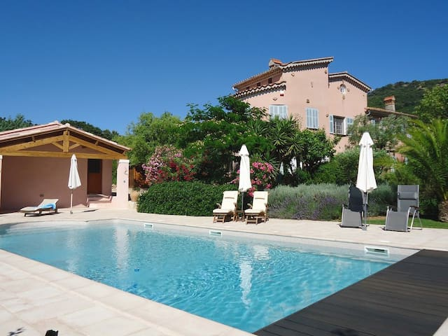Vineyard Villa with heated pool and seaview