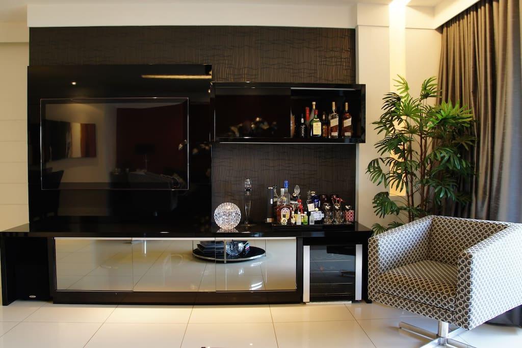 Sala com TV 55 Polegadas , 2 Adegas , Sofa , Mesa de Jantar