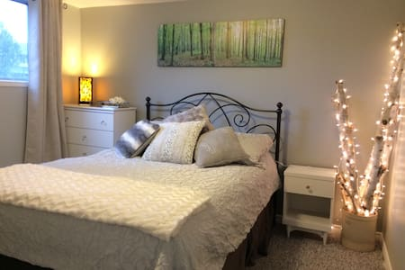 Beautiful Queen Bed, Shared Home