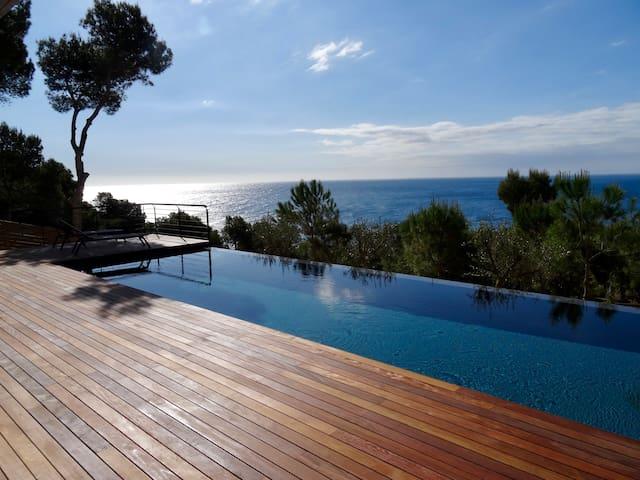 Villa neuve avec vue panoramique sur la mer