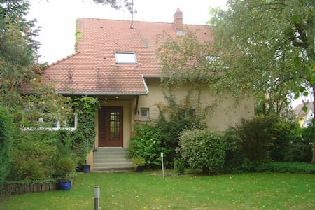 Chambres dans maison  avec grand jardin, proche cv - Haguenau - Dům