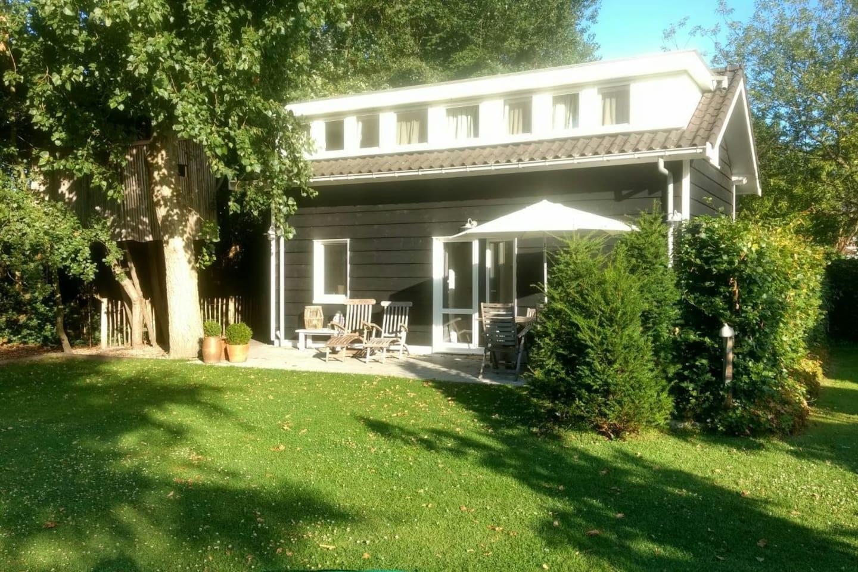 Nieuwe woning met zonnig terras in een ruime tuin