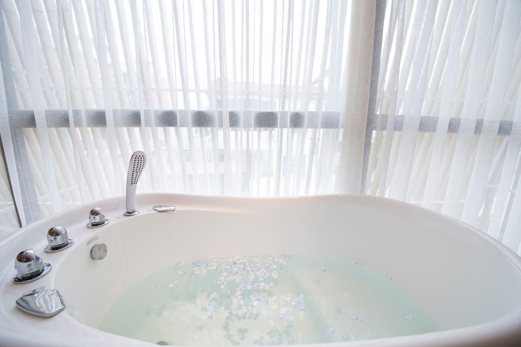 落地窗边浴缸