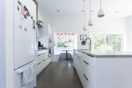Bright, open modern house - Woodfin - Huis